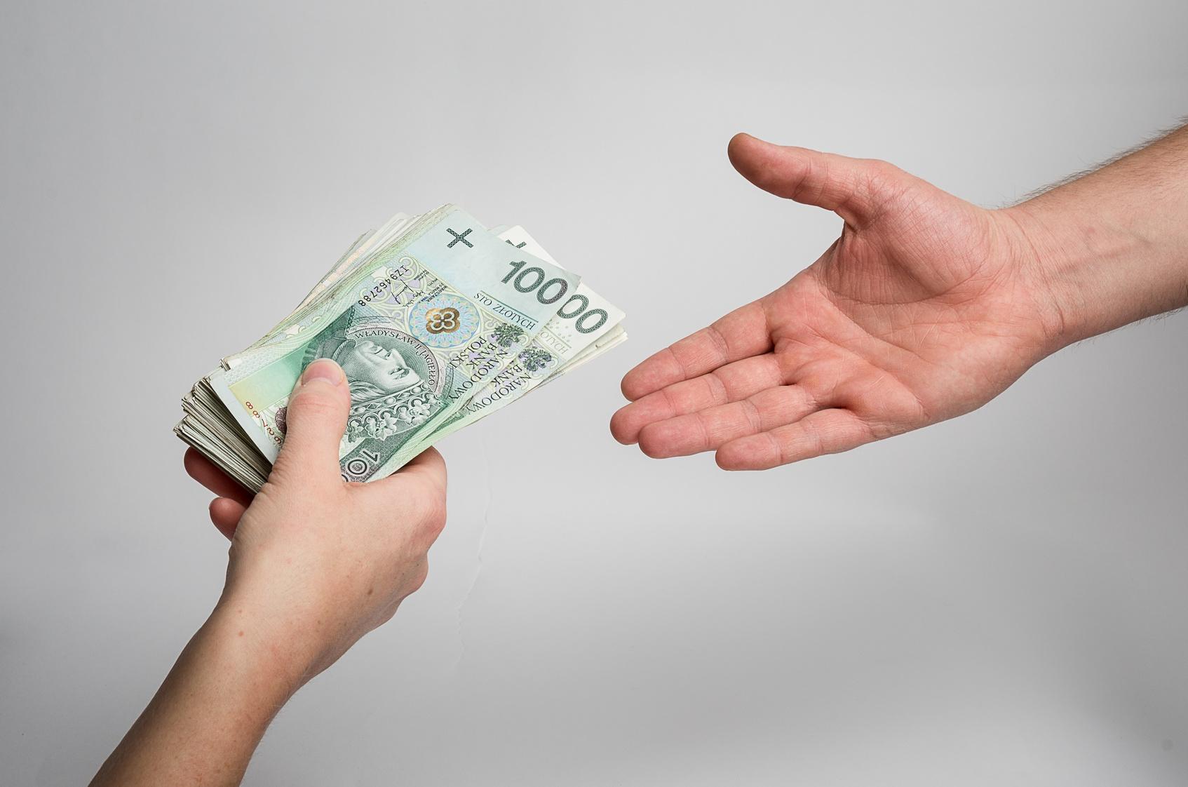 Pożyczam pieniądze członkowi rodziny – czy warto spisać umowę?